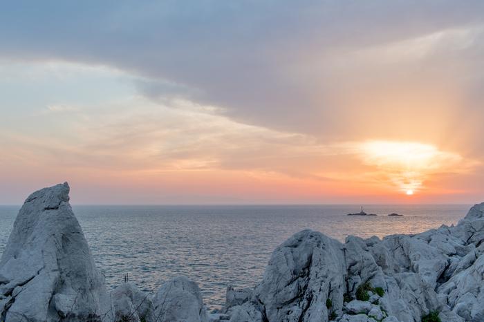 夕陽が落ちる時間帯には、また違った表情を見せてくれます。遮るものが何ひとつない美しい地平線と、沈む夕陽とのバランスはぜひ写真におさめてほしい光景。