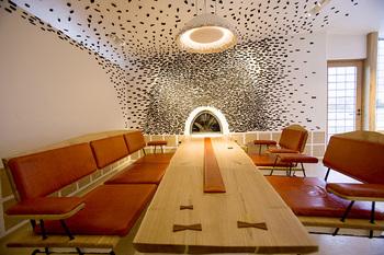 カフェスペースの奥には、応接室をイメージした贅沢な空間が広がります。暖炉を中心に大理石の床や栗の古材を使ったテーブルが配置され、ゆったりくつろげる落ち着いた雰囲気。冬は暖炉を囲みながら、のんびり楽しいひとときが過ごせそう♪