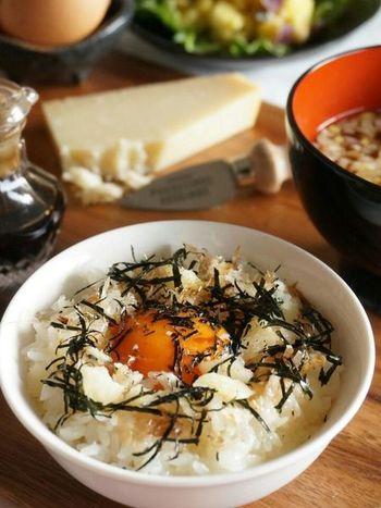 いつもの卵かけごはんを、ほんの少し格上げしたいときに、パルミジャーノチーズと鰹節をプラスしてみませんか。旨みが加わることで、より味わい深くなりますよ。