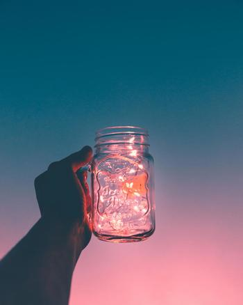 ガラス瓶の中にホタルを放したような美しさです。ガラスを通すと膜がかかったようで、より幻想的になりますね。