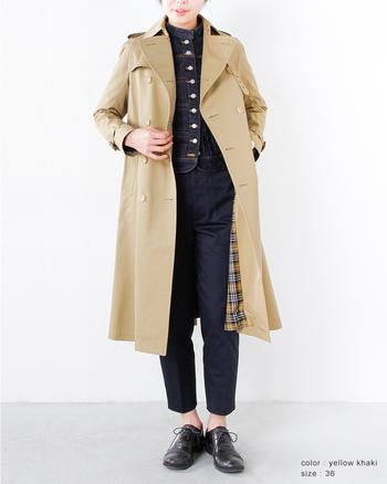 すでに持っていても何枚でも欲しくなるのがトレンチコート。ロング丈はモードに着こなせて大人かっこいい雰囲気に。革靴にもよく似合います。