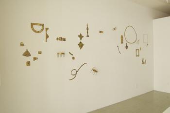 目白のFUUROさんで行われた個展「ドローイング オンザ ウォール」。壁に絵を描くような感覚で作ったオブジェやアクセサリーが展示されました。