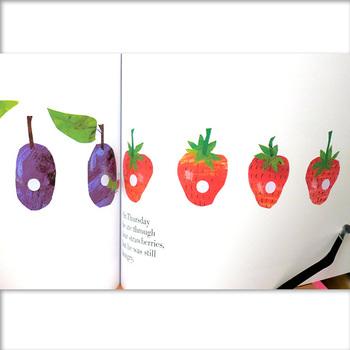 実はエリック・カール本人の手で書き直されているので、少し古い絵本だと色味やテイストがちょっと違ったあおむしくんを見ることができますよ。  ボードブック版やミニサイズ版、ぬり絵絵本に仕掛け絵本と、たくさんのエディションが出版されています。