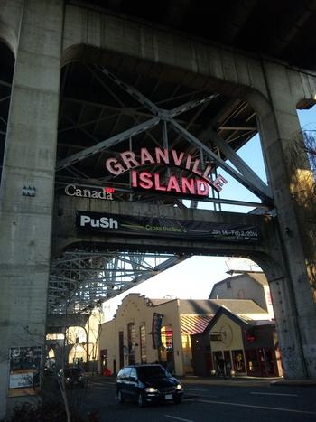 海外ならではの楽しみといえば、ローカルの生活を垣間見れるマーケット。バンクーバーには一年を通して30ほどのファーマーズマーケットが開催されています!ダウンタウンから橋を渡った先にある、「グランビルアイランド」は、マーケットやビール工房、地元アーティストの工房など、観光・グルメが一度に味わえちゃうスポットです。