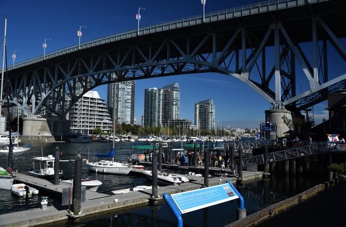 建物の外に出れば、海と橋の綺麗な景色が広がっています。バンクーバーらしいガラス張りのビル群も対岸から眺めることができますよ。