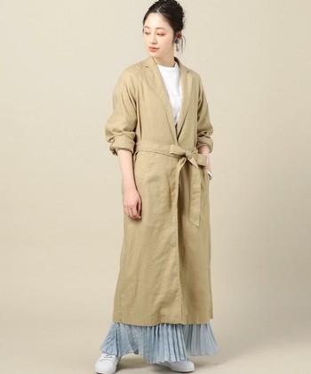 薄手で軽いガウンコートは、秋口にぴったり。カッチリと決まりすぎないラフ感が素敵です。