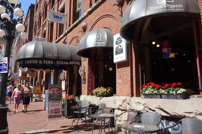ヘルシー志向が多いバンクーバーでは、オーガニックのお店がたくさんあります。その中でも人気のあるチーズケーキカフェ「ツリーズ オーガニック コーヒー」は、ダウンタウン・ウォーターフロント駅のすぐそばにあります。