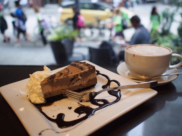 カフェの看板でもあるチーズケーキは、ずっしりと中身が詰まったニューヨークスタイル。ぺろっと食べられそうな見た目ですが、実はとっても満足感があります。ショッピングの合間に、バンクーバーの街並みを眺めながら一休みするのはいかがですか♪