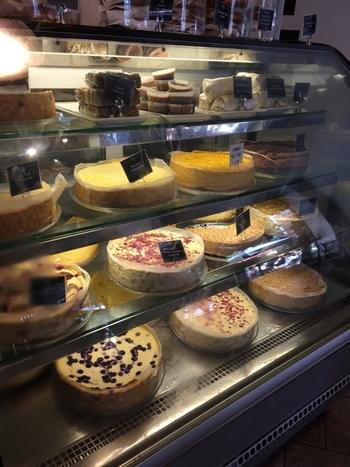 チーズケーキのフレーバーには、ライムやマンゴー、ホワイトチョコレートラズベリーなど、ここでしか味わえないものも!カットやホールなど、お好きな量をお持ち帰りすることもできますよ♪