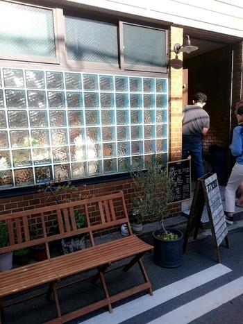 まずは、大阪・天満橋、おしゃれなセレクトショップやカフェが多数入居する「タツタビル」に今年オープンした、「ジェイティードカフェ(JTRRD cafe)」をご紹介。フォトジェニックなスムージーをいただけると、早くも大人気となっています。