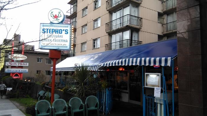 プチプラで日本人に人気のギリシャ料理店「ステフォーズ」。毎日早い時間からお店が混雑している人気店です。回転が速いので少し待てば入れますが、早めの時間帯に訪れるのがおすすめですよ。
