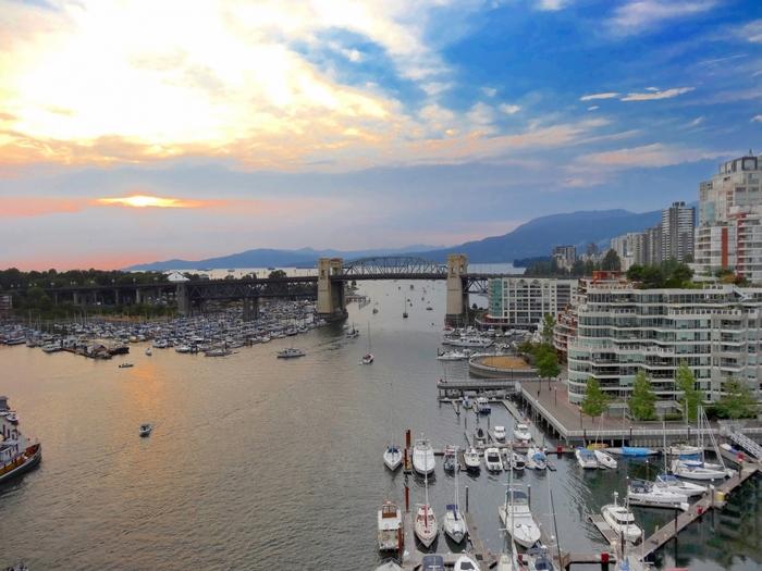 カナダ西部にある都市・バンクーバーは自然と都会が隣りあい、イギリスの経済誌で「世界で最も住みやすい都市」に5年連続で輝いたこともある魅力あふれる街です。世界中から移民するひとが多く、日本でも留学やワーキングホリデーなどで訪れるひとが多いことでも有名です。