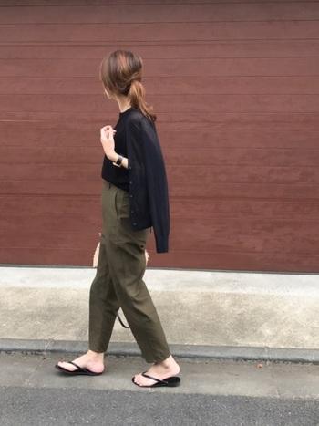 """夏から秋への季節の変わり目。ぜひお財布に優しくてオシャレなファストファッションを上手く活用して、ひとつ大人の黒で作る""""高見えコーデ""""にチャレンジしてみてくださいね!"""