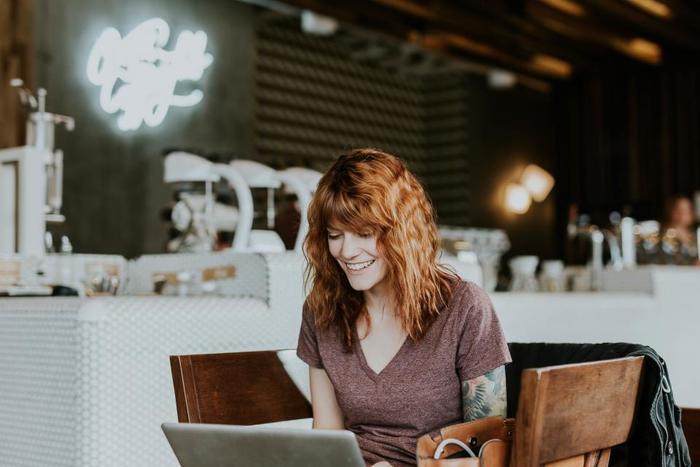 お仕事でもプライベートでもインターネットは必需品ですよね。 「Can I use the internet or Wi-Fi?(インターネットかWi-Fiは使えますか?」 【Yes, we have free Wi-Fi.(はい、無料Wi-Fiをお使いいただけます。) The password is 1234.(パスワードは1234です。)】 こんなふうにスムーズにやりとりがすすむはずです。
