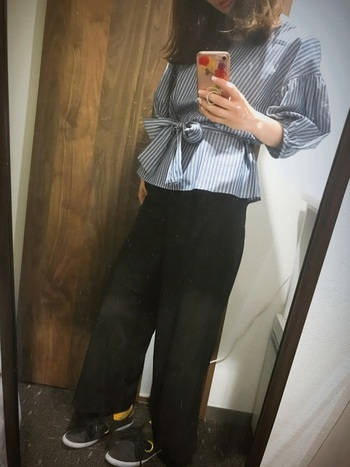ふんわり袖が可愛いストライプシャツも、ユニクロのハイウエストパンツと相性抜群!スニーカーでカジュアル感、リラックス感をプラス。