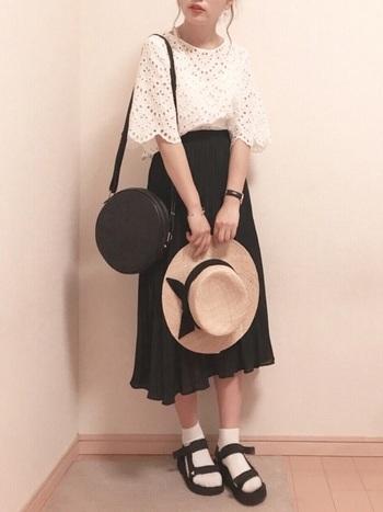 スカートそしてサンダルもGUのアイテム。こちらもトップスから小物まですべて白黒のモノトーンコーデで女性らしく上手にまとめています。
