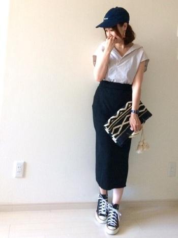 女性らしいシルエットの黒いロングスカート。こちらもユニクロです。ブラウスにスニーカーやキャップをミックスさせた、大人カジュアルな雰囲気が素敵。