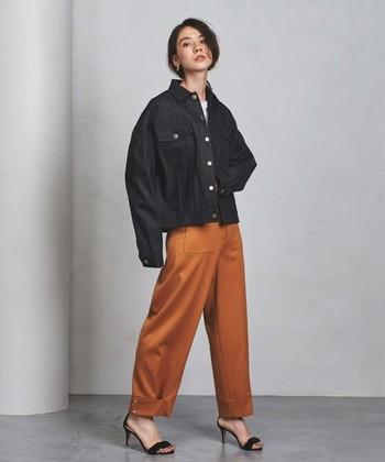 定番のデニムジャケット。オーバーサイズを合わせると今年らしい雰囲気の秋冬コーデが作れます。