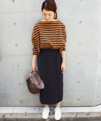クラシカルなシルエットのタイトスカートは秋冬のコーディネートにぴったり♪シャツで合わせてもいいですし、写真のようにあえてカジュアルなボーダートップスで合わせても可愛いですね。