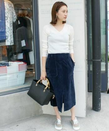 大きなポケットが印象的なワーク風スカート。ドライなコットン・リネン素材だと、どうしても夏見えしてしまいますが、こんなコーデュロイ素材なら季節感もばっちり♪ネイビー+ちょっとした光沢感が上品な印象にしてくれます。