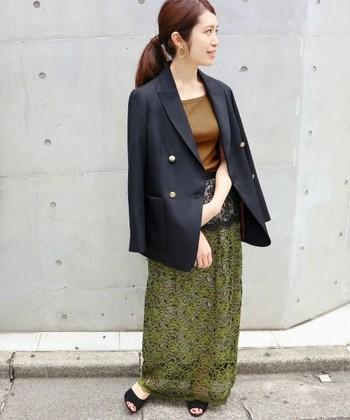 きれいめなジャケットを選ぶ際、どうしても無難に「黒」を選んでしまいがちですが、今年はあえて「ネイビー」を選ぶと鮮度もアップ♪カジュアルアイテムとも相性が良く、ほどよいこなれ感も出せる便利アイテムです。