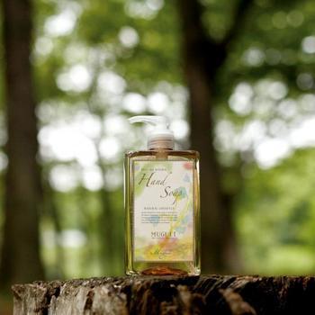 オリーブとココナッツの天然植物オイルを使って作られた、手洗い用液体石けんです。天然のエッセンシャルオイルにこだわった無添加石けんなので、肌が弱いお子様から大人まで、家族全員で使用することができます。