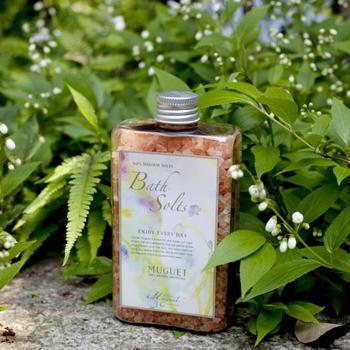 ピンクソルトと呼ばれる、ピンク色の天然ヒマラヤ岩塩を使って作られたバスソルト。ピンクソルトはミネラルが豊富に含まれた岩塩なので、見た目も美しく、肌にも優しいバスソルトに仕上がっています。