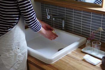 スポンジ洗いに使用するのは中性洗剤や石けんなど。ボウルなどにぬるま湯を溜め、やさしくもみ洗いするのがおすすめです。洗剤をよく落としたら軽く絞って陰干ししましょう。スポンジが固くなったりひび割れしたら取り替えてくださいね。