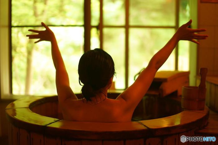"""お風呂の中で簡単にできるマッサージとしては、手軽にできる""""ぬぐいなで""""がおすすめ。 """"ぬぐいなで""""は、湯船に浸かりながらタオルで体の表面を優しくマッサージする健康法で、助産師のたつのゆりこさんが提唱しています。"""