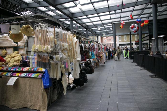ブリックレーンからもほど近い、スピタルフィールズマーケットは、屋根もあって通り雨の多いロンドンでも安心。