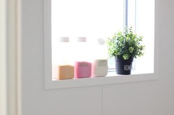観葉植物を置いて、ゆったりと心に余裕を持たせるのもいいですね。 本物の観葉植物をバスルームで育てるのは難しい、土や虫が気になる、という方はフェイクグリーンがおすすめです。