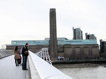 橋を渡るとすぐに、国立の近現代美術館テートモダンが。