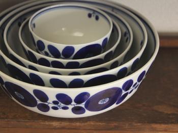 """""""華美ではなく、かといって平凡でもなく、新しさはあるが時代に左右されないデザイン"""" そんな陶器を作り続け、権威ある賞を多く受賞してきた白山陶器。 その白山陶器から登場した「ブルーム」シリーズは、植物をモチーフにした手描きの模様が素敵。鮮やかで深い瑠璃色もパッと目を惹く美しさ。食卓を彩ってくれます。"""