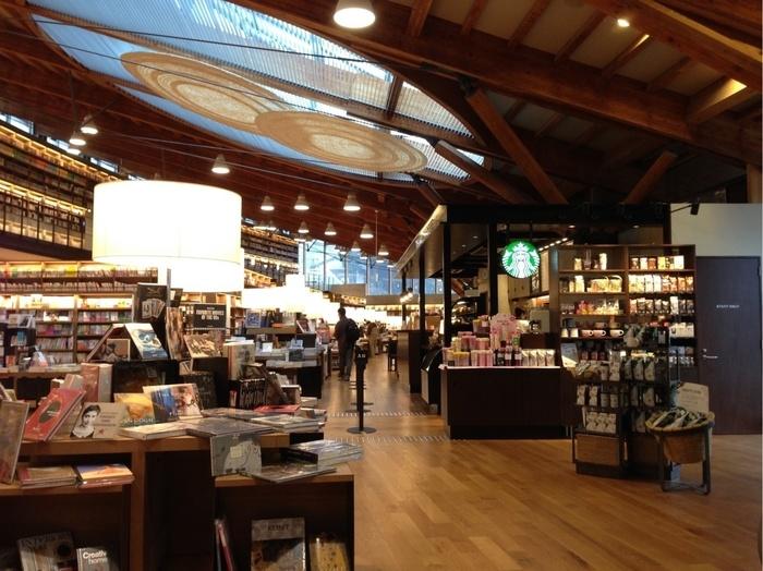 スターバックスで購入したドリンクであれば、閲覧スペースに持っていくことも可能。美味しいコーヒーを飲みながら、好きな本をじっくり読むことができますよ。図書館ではイベントも行なわれるので、ぜひチェックしてみてください♪