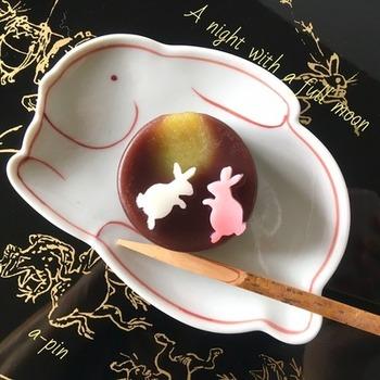 牛乳かんでつくったうさぎを、月にみたてた丸羊羹にちょこん。クッキー型などを使えばうさぎの型がきれいに抜けますよ。うさぎ柄のお皿で揃えてもかわいいですね。