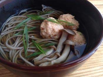 さりげなく秋の風情を楽しむなら、秋鮭の団子を月見団子に見立てたお蕎麦なども風流ですね。日本酒がほしくなりそうな一品。