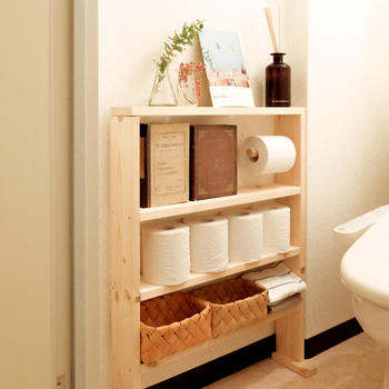トイレの壁の不自然なへこみスペースを利用した棚。ぴったりのサイズはなかなか見つからないときは、自分でDIYする方法も。完璧に収納力抜群の壁一体型収納スペースが完成!