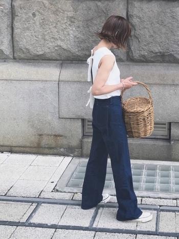 コンパクトでガーリーなカットソー+バギーパンツは、ジェーン・バーキンの定番スタイル。バスケット型のかごバッグで、フレンチな雰囲気を演出しています。