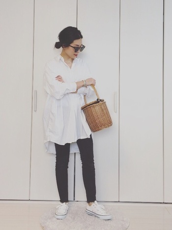 オーバーサイズの白シャツをざっくりと黒のシンプルなパンツに合わせたスタイル。かごバッグやサングラスが、フレンチ・カジュアルな気分を高めてくれます♪