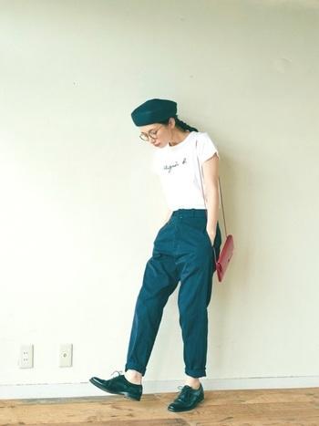 プレーンなTシャツをパンツにインしてコンパクトに。ベレー帽やメガネ、ショルダーバッグのバランスは、エスプリの効いたフレンチカジュアル♪
