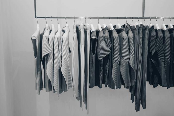 まず捨てるべき、整理すべきものは「洋服」!一番片づけをした実感がわきやすいのが洋服です。クローゼットの中にもう着られないサイズの服はありませんか?1年以上着ていない服はありませんか?例え高価な服であっても、しまい込んでいるだけでは意味がありません。不要な服は思い切って手放しましょう。