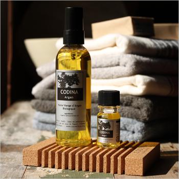 お風呂から上がったら、ツボやふくらはぎなど気になる部分をオイルマッサージ♪ アルガンオイルは頭皮や髪にも使うと、つややかになめらかになるのでおすすめ。
