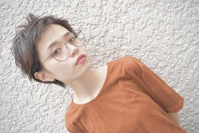 クセっ気風にスタイリングしたベリーショートも、マロンブラウンなら秋らしい雰囲気に♪ テラコッタカラーのトップスや文学少女風の丸眼鏡ともよく合います。