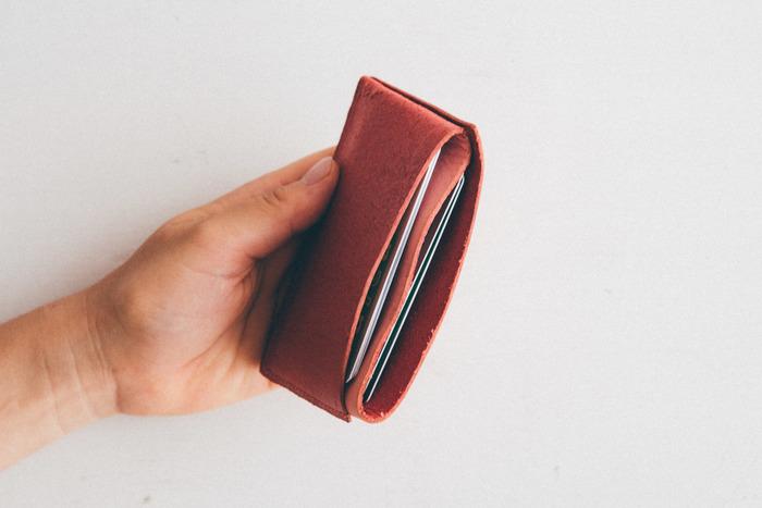 1枚の革を3つ折りにし、仕切りをループ状にしたダブルケース。カードケースにも名刺入れにもなり、たくさん入るのも魅力。