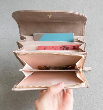 コンパクトながらも、カードポケットも6袋ありとっても機能的です。