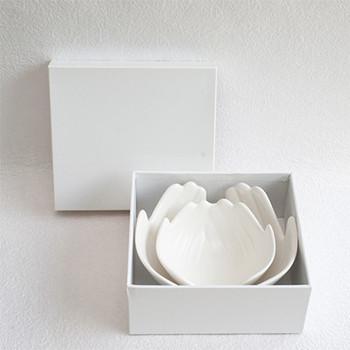"""愛知県の歴史ある焼き物の町、瀬戸市で1973年創業当時よりデザイン性の高い陶磁器を作っているブランド「ceramic japan (セラミックジャパン)」。 中でも、両手をそっと差し出した形の""""ハンズボウル""""はクオリティの高さが光ります。磁器でありながら優しく温かみを感じさせるカタチです。"""