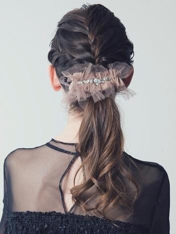 パールだと華やかすぎるかも…という方にオススメなのがチュール素材のヘアアクセ。自分でできちゃう編み込みスタイルも一気にフェミニン&ドレッシーに仕上がります。