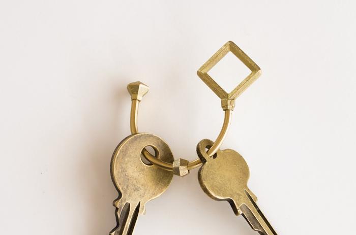 ねじ式ですので、鍵をつけるときに爪を傷つけることもありません。また、真鍮パーツを境にして、公私の鍵を分けてつけることもできます。