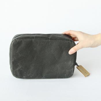 「SIWA(紙和)」のスクエアポーチは、和紙のテイストを持ちながら、革のように風合いを増すナオロンという素材を使っています。