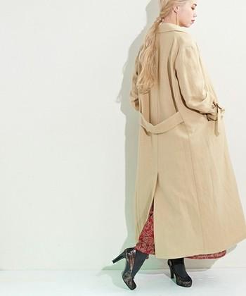 超ロングコートはモードに着こなすとセンス良く決まります。背が低めな方は、足元にヒールを合わせるとバランスが良くなりますよ。